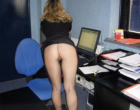 Baise cette cougar sur sa table de bureau !